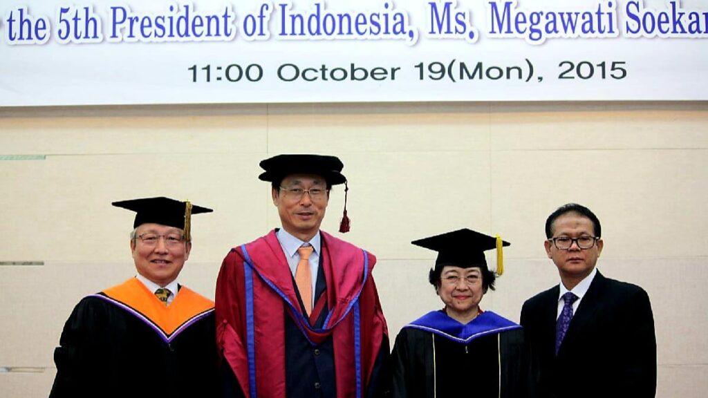 Keterangan foto: Presiden ke-5 RI Megawati Soekarnoputri didampingi Profesor Rokhmin Dahuri (kanan) saat menerima Doktor Honoris Causa dari Korea Maritime and Ocean University, Busan, Korea Selatan pada 19 Oktober 2015